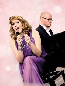"""Konzert mit Cassy Carrington & ihr Herr Cosler – """"Im Zweifel mehr Glitter"""""""