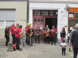 schwarz rot atemgold 09 vorm Haus